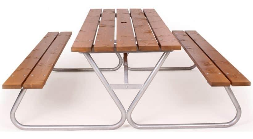 To robuste bænke med bord