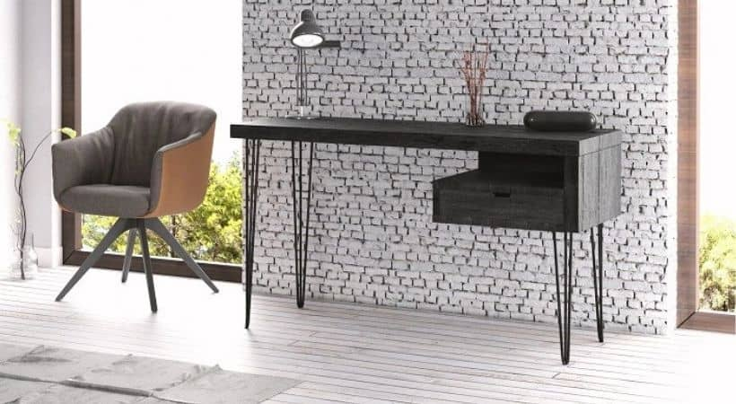 Smalt skrivebord med planker